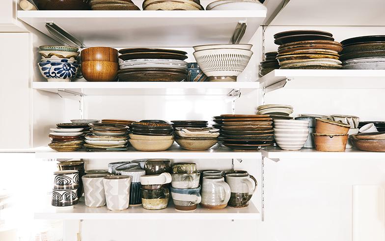 キッチンの棚には民芸の器がぎっしり詰まっている。「好きなものこそ、毎日大切に使いたいし、愛でるようにしたい」(圭子さん)(写真撮影/嶋崎征弘)