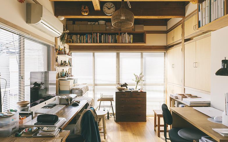2階の仕事スペース。左がYUYAさん、右が圭子さんの机。右奥の扉付き収納に布団をしまっている。「慣れてしまえば毎日の上げ下ろしも苦になりません」と二人(写真撮影/嶋崎征弘)