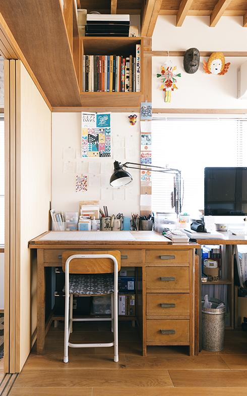 YUYAさんの仕事机。正面の壁には制作途中の切り絵の下書きなどが貼ってあり、それすらもアートの一部のように感じられる(写真撮影/嶋崎征弘)