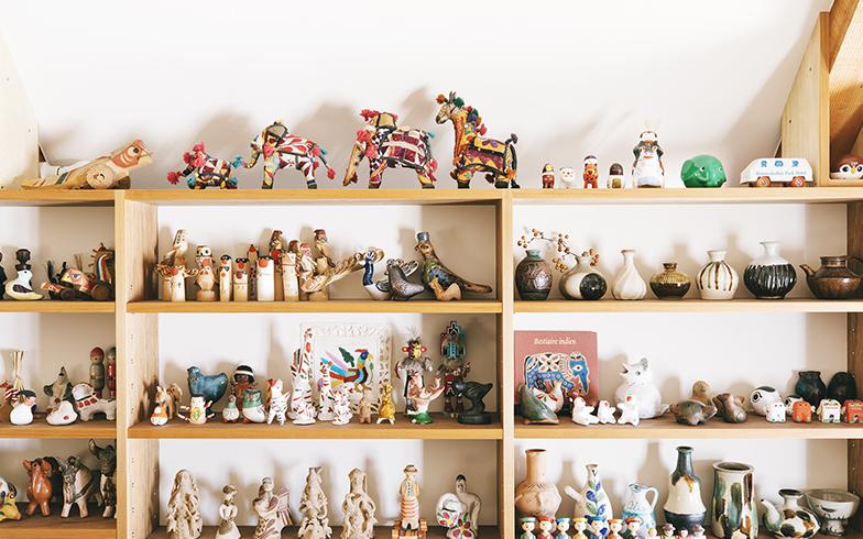 民芸館のような棚。「郷土玩具も民芸品も器も、好きだからどんどん増えてしまう。どこにどう飾ろうか、どう使おうか、考えてから選ぶようにしています」と圭子さん(写真撮影/嶋崎征弘)