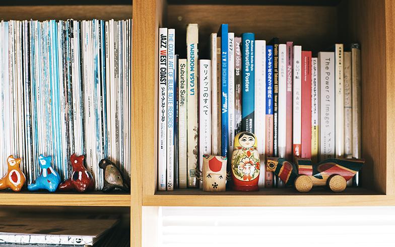 2階の本棚にも郷土玩具が並び、なんとも愛らしいスペースになっている。「どんな場所でどんな人がつくっているのか、知りたくなっちゃうんです」と二人はうれしそうに話してくれた(写真撮影/嶋崎征弘)