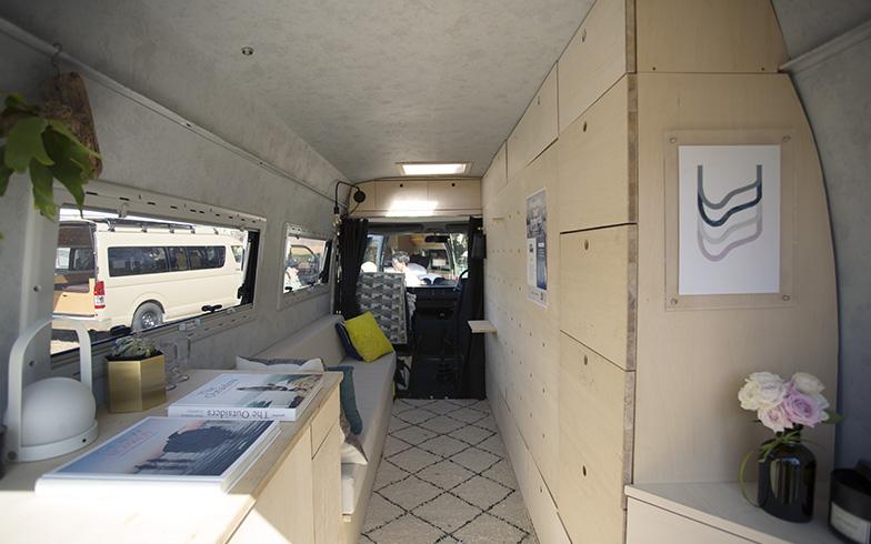 左側手前にキッチン、奥に収納ソファ、右側の壁収納にはセミダブルのベッドも。ベッドを広げるとクローゼットが現れる。コンパクトながらも必要最低限のものが収まっている(撮影/相馬ミナ)