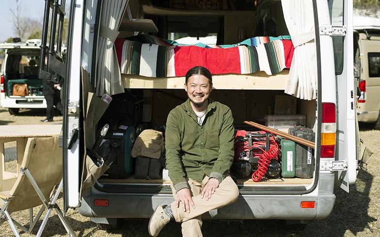 鈴木さんのバンは「ベンツ トランスポーターT1N 313CDI」。中古で手ごろな価格で手に入れたそう(撮影/相馬ミナ)