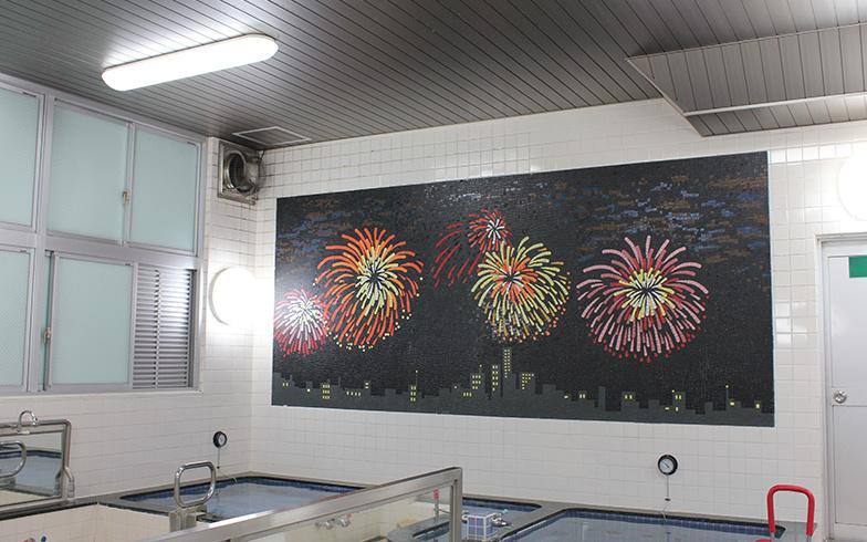 1階女湯のタイル壁画は隅田川の花火大会が描かれている(写真撮影/保倉勝巳)