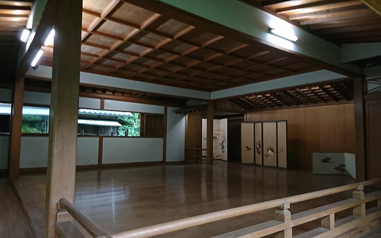 主屋には個人宅とは思えない、荘厳かつ本格的な能舞台まであり、伝統文化を愛した先人の思いが伝わってくる(写真撮影/長井純子)