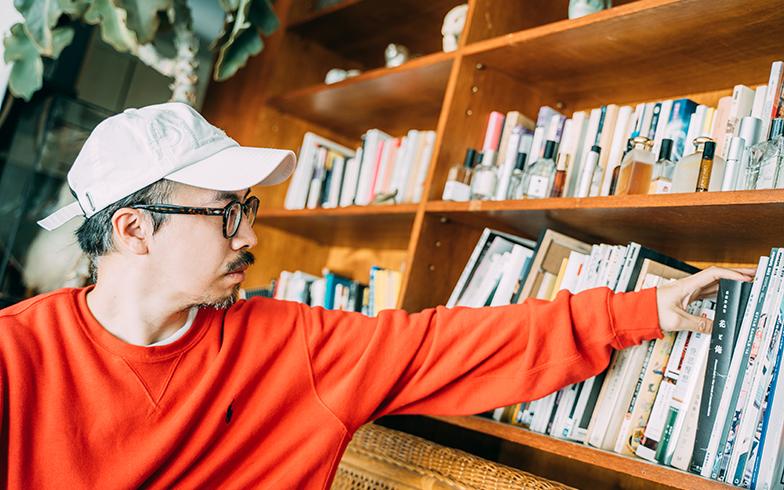 本棚にはインドや京都、瞑想についての本や、海外のインテリア雑誌、日本の雑誌『POPEYE(ポパイ)』などが(写真提供/KRIS KANG)