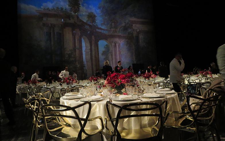 別室でアペリティーボ(食前酒)を楽しんでいる間に、約300名のテーブルがステージ上で完璧にセッティング!? スゴイ技(写真撮影/藤井繁子)