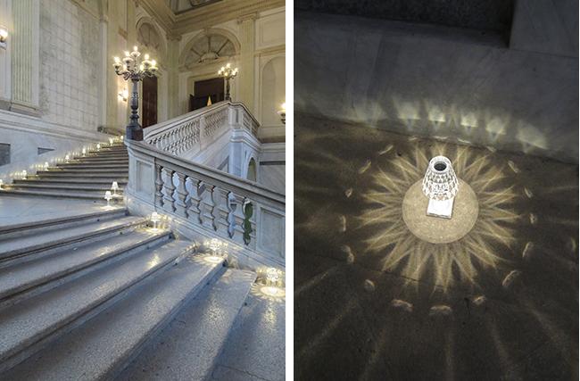 夜のパーティーは家具・照明から食器・花器までKartellずくし。王宮の階段にも、充電式のランプ『BATTERY』が並んでお出迎え。大理石の床に放たれた光模様の美しいこと!(写真撮影/藤井繁子)