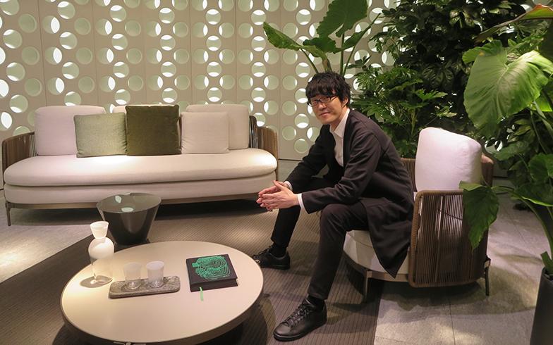 Minotti社で遭遇した佐藤オオキ氏。昨年リリースの家具『TAPE』が、翌年アウトドアラインとして追加されるとは……評判が良かったに違いない(写真撮影/藤井繁子)
