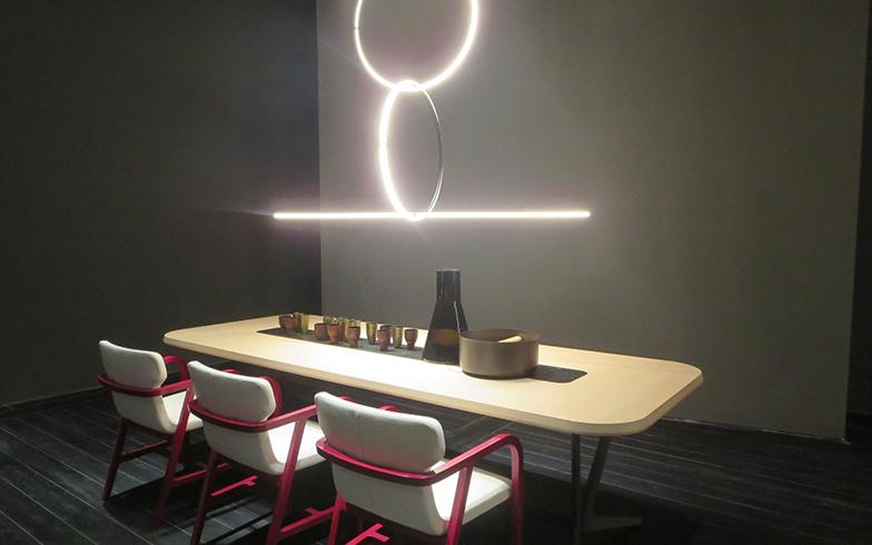 テーブル『Astrum』とチェア『Fulgens』はチッテリオ氏、照明『Arrangements』はアナスタシアデス氏の共演(写真撮影/藤井繁子)