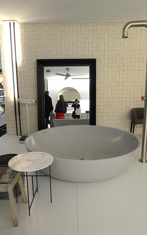 Boffi社の新作『Round Fisher』かなり大きい丸のバスタブ(高さ45×直径190cm)コーリアン人工大理石コーリアン®製。シャワーはM.ワンダースのデザイン(写真撮影/藤井繁子)