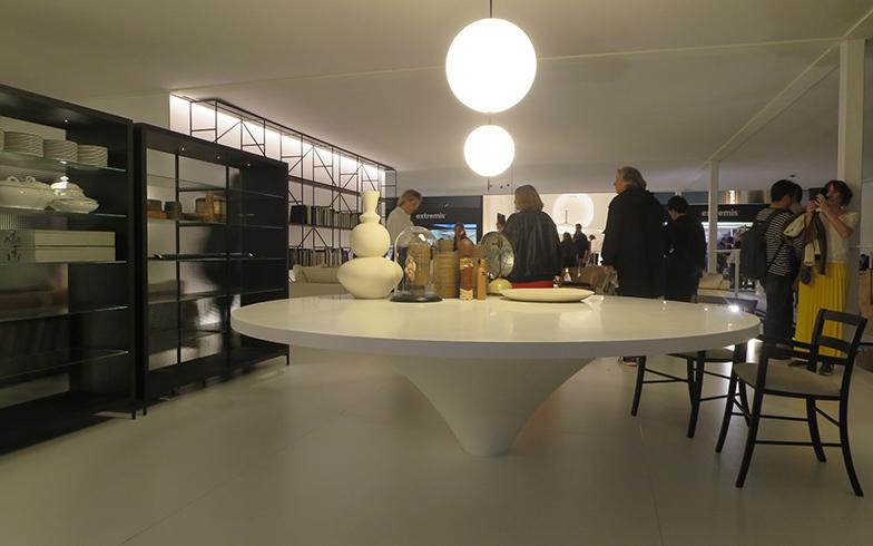 新作テーブル『FRENCH CONCESSION』(高さ73×直径250cm)リッソーニ氏は「花が咲くように」と表現。照明は人気の女性建築家E. オッシノによる『ELEMENTI』(写真撮影/藤井繁子)