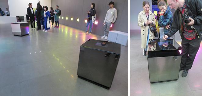 記入台が自動で人に寄ってきて、身長に合わせて台の高さが変わる(写真撮影/藤井繁子)