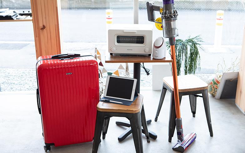 レンタルできる家具・家電の一部。スツール、デスクなどの家具、最新の家電やデジタル機器、そしてスーツケースまでもがレンタルできる。その他にもゲーム機器やフィットネス用品も(写真撮影/片山貴博)