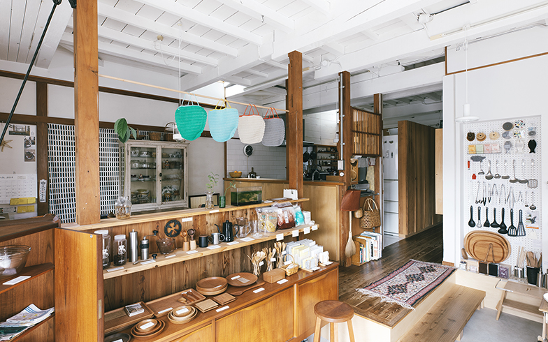 扉を開けた先が店としてのスペース。左手にダイニング、さらに左奥にキッチンがあり、柱と段差で緩やかに区切っている(写真撮影/嶋崎征弘)
