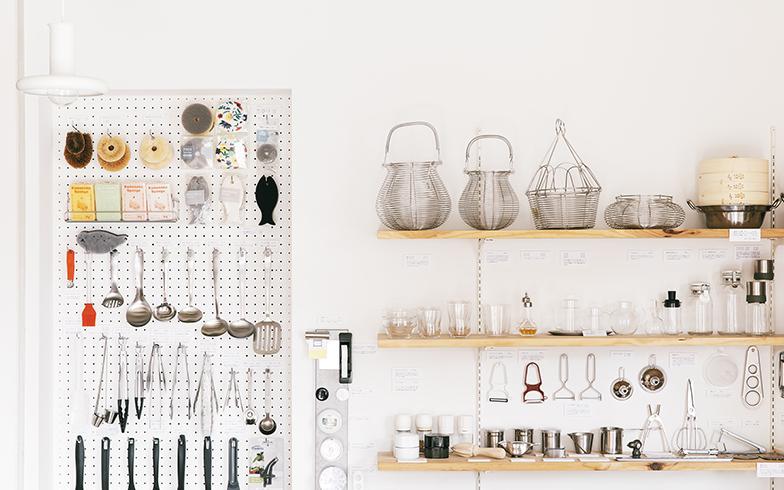 「家で使う道具も、店に並べる道具も、使い勝手がいいことはもちろん、毎日目にして嫌にならない、すっきりしたデザインのものを選んでいます」と土切さん(写真撮影/嶋崎征弘)