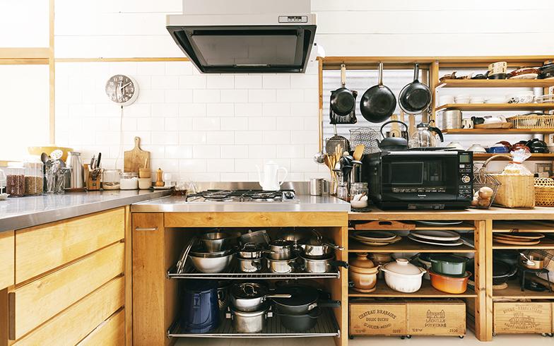 ガス台の横にある棚は高さをカットしてオーブンの使いやすい高さに。窓にも木製棚を取り付けて収納スペースに(写真撮影/嶋崎征弘)