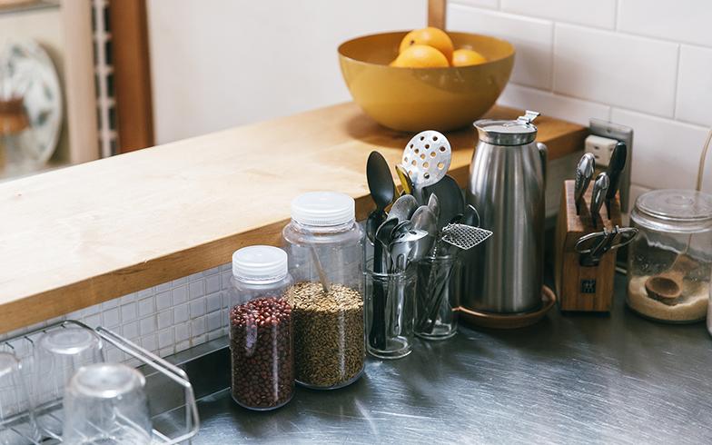 透明のボトルは「ナルゲン」のキッチンキャニスター。「プラスチックの匂いもしないし、冷凍も煮沸もできるんですよ」。土切さんは焙煎麦と小豆を入れている(写真撮影/嶋崎征弘)