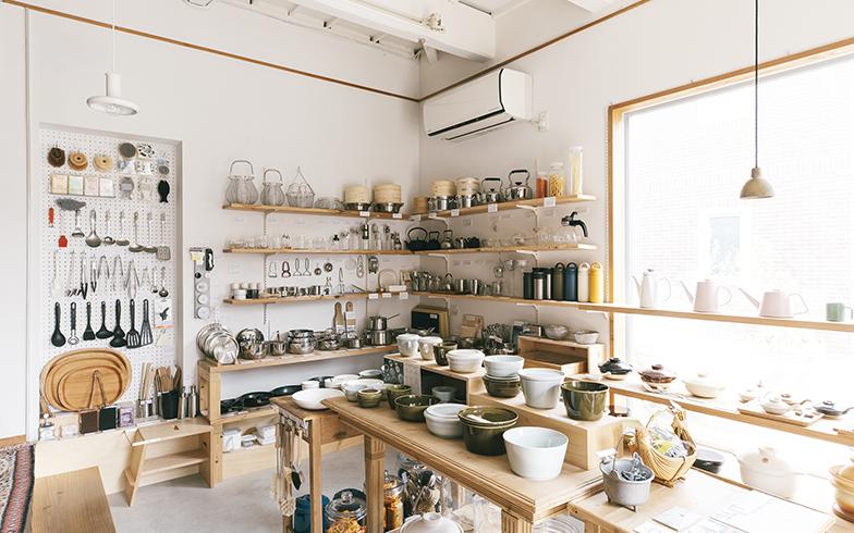 オープン時から少しずつ棚が増えて、商品も幅広くなってきた。企画展やイベントを行うことも多い(写真撮影/嶋崎征弘)