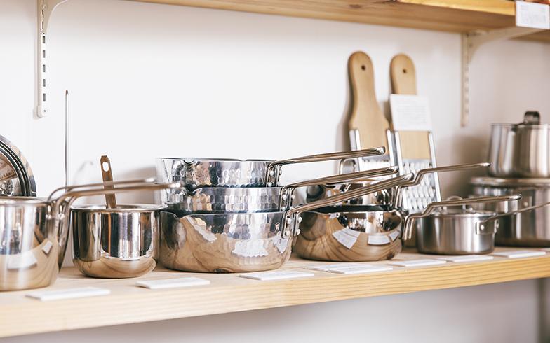 土切さん自身も愛用している片手鍋。商品にはどれも実体験に基づいた丁寧な解説が書かれていて分かりやすい(写真撮影/嶋崎征弘)