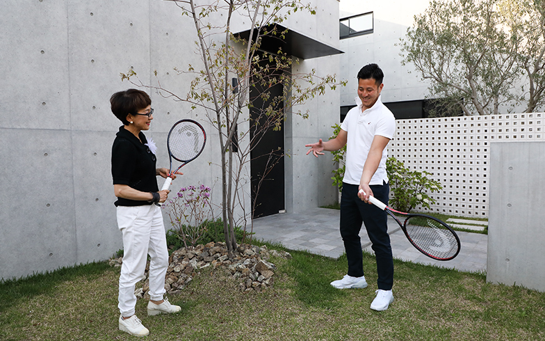 HEAD JAPANの契約ベテランテニスプレーヤーとして活躍中。私もベテランプレーヤーの端くれなので、手ほどきをお願い(笑)。山根社長はサウスポー!(写真撮影/NOB 川谷)