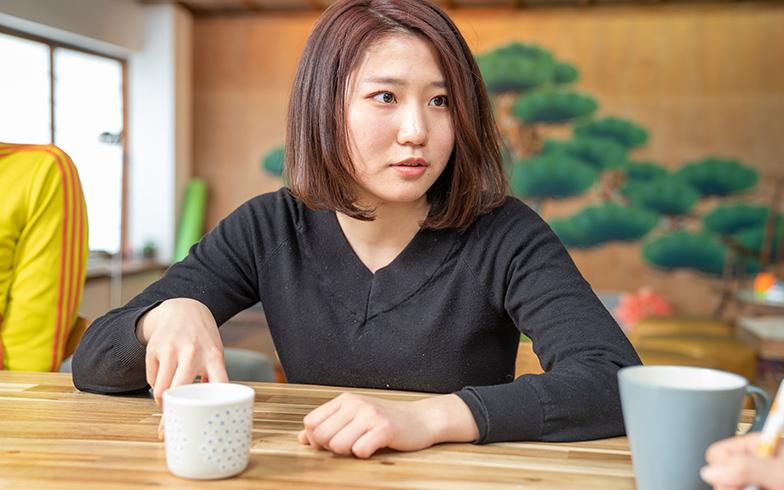 東京と福岡の二拠点生活中の山崎瑠依さん。東京でもシェアハウス居住中。「一人暮らしのときと違い、職場と自宅の往復だけではない、心が満たされている感じがする。人といる時間を大切にするようになった」と話す(写真撮影/加藤淳史)