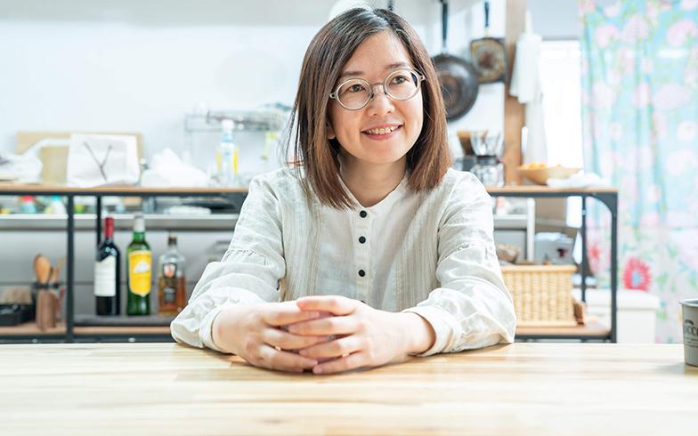 フリーランス(たまにDJ)で昨年、東京からUターン帰省した梅田佳枝さん。「いろんな人と交わると、なぜそうするの?と疑問をもつこともあるけれど、伝え合うことで幅広い視野が身につく!」とコメント(写真撮影/加藤淳史)
