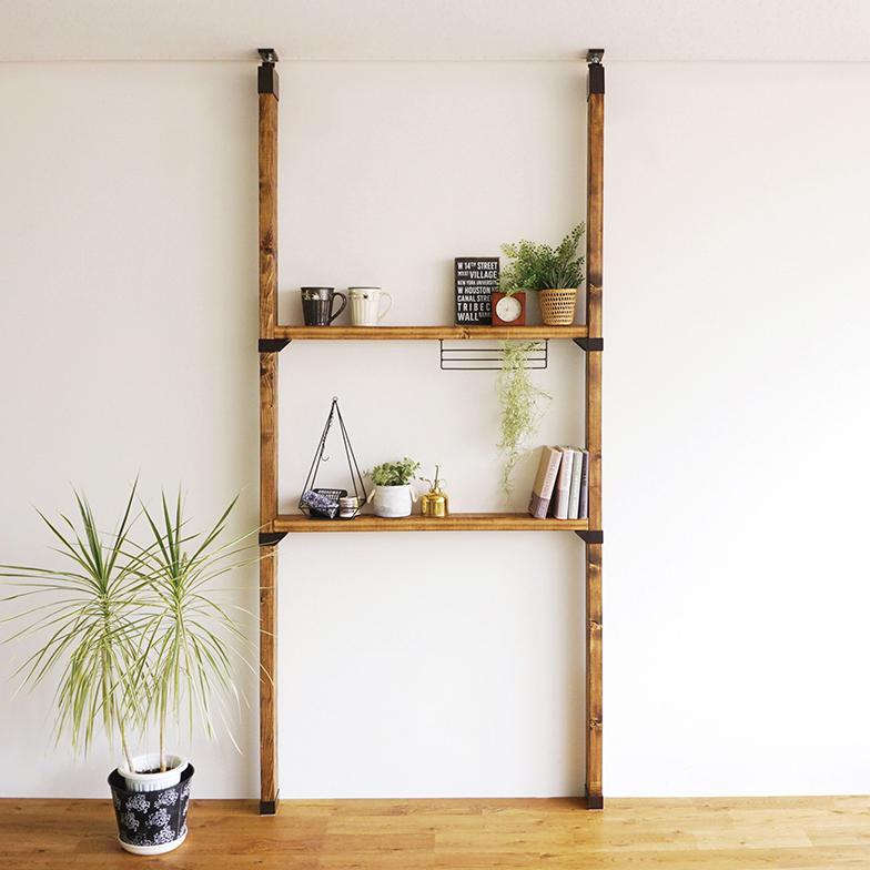 天井と床に突っ張って柱をつくるDIYパーツ「ラブリコ」使用の棚(写真提供/平安伸銅工業株式会社)