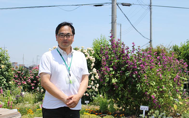 三郷市立ピアラシティ交流センターの菜園「ポタジェ」前に立つ河地さん。ここで栽培した野菜の収穫体験や調理教室を通じて、地域コミュニティの形成に取り組んでいる(写真撮影/SUUMOジャーナル編集部)