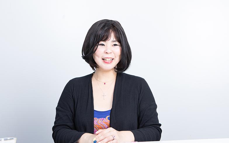高殿さんは兵庫県生まれ。2000年『マグダミリア 三つの星』で第4回角川学園小説大賞奨励賞を受賞し作家デビュー。13年『カミングアウト』で第1回エキナカ書店大賞受賞、女性にエールを送る著書多数。取材はKADOKAWA本社で行われた(写真撮影/片山貴博)