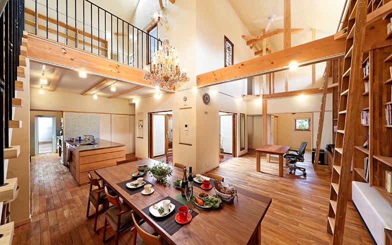 家族が過ごす1階は中庭に面してキッチン、ダイニング、仕事場などのコーナーが続くオープンな吹抜け空間で、明るく広々(写真提供/株式会社Oh!)