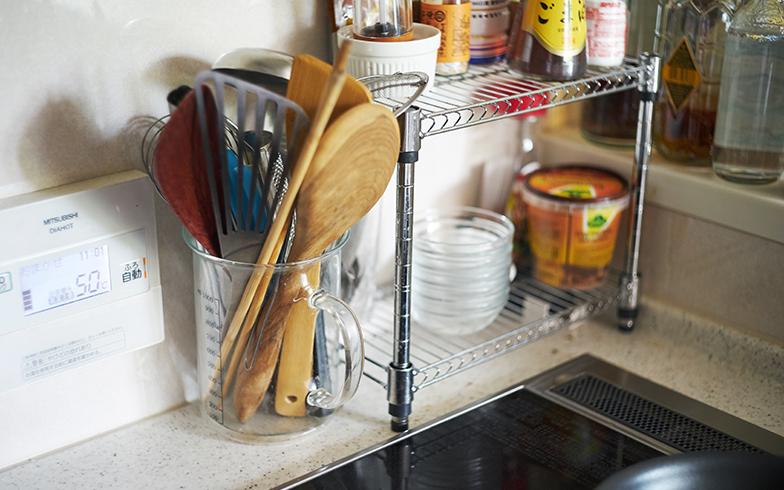 よく使う菜箸やターナー、木ベラなどのキッチンツール類は、コンロ脇に出しっ放しにして取り出しやすく。ツールスタンドとしてガラス製のメジャーカップを使っているため、汚れが気になったらさっと洗えます(写真撮影/相馬ミナ)