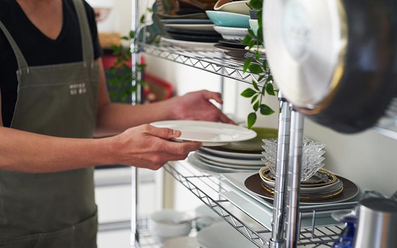 使用頻度の高いお皿はスチールラックの中段に配置されていました。同一メーカーのものでなくても、形や色を合わせてスタッキングすれば、オープン収納でもすっきり見えます(写真撮影/相馬ミナ)