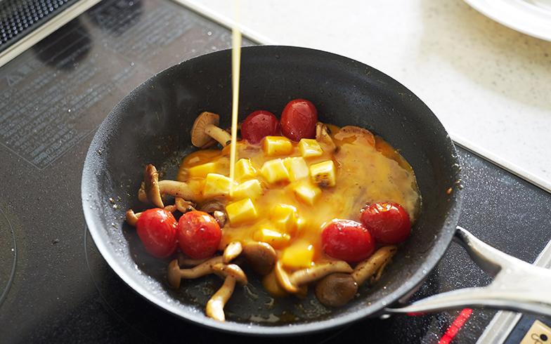 卵を入れたら火を強めます。ここからは時間との勝負。必ず側にお皿を用意しておいてください(写真撮影/相馬ミナ)