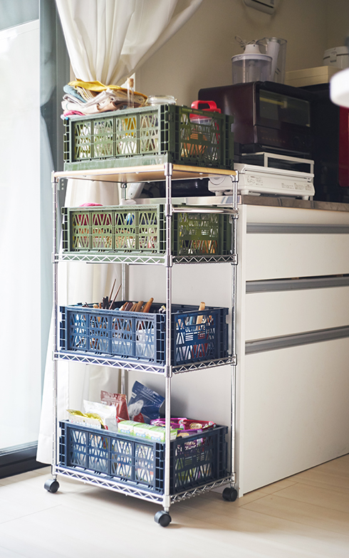スチールワゴンにダイソーの「アルティメットコンテナ」を乗せてキッチン雑貨を収納。最上段から順に、クロス類、スパイス類、カトラリー類、食品のストック類。整然と分類されていました(写真撮影/相馬ミナ)