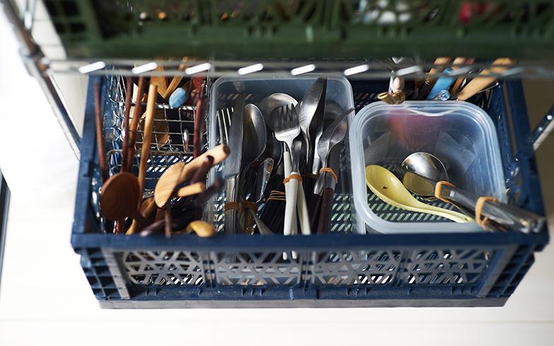 カトラリーを収めたコンテナの中はボックスで細かく仕切り、お箸や木製カトラリー、ナイフ&フォークのセットなどをアイテムごとに収納(写真撮影/相馬ミナ)