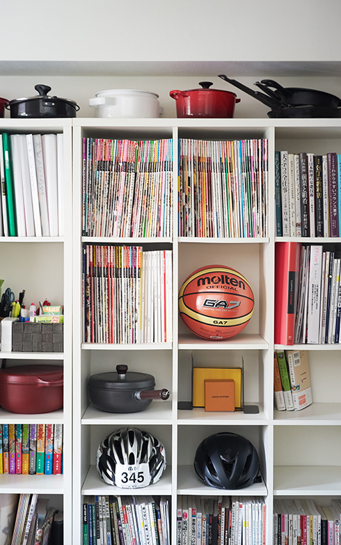 スチールラックの隣にニトリの本棚を2つ並べ、たくさんある料理本を収納。グルメマンガも大好きでよく読むというYOSHIROさん一番の愛読書は『クッキングパパ』(写真撮影/相馬ミナ)