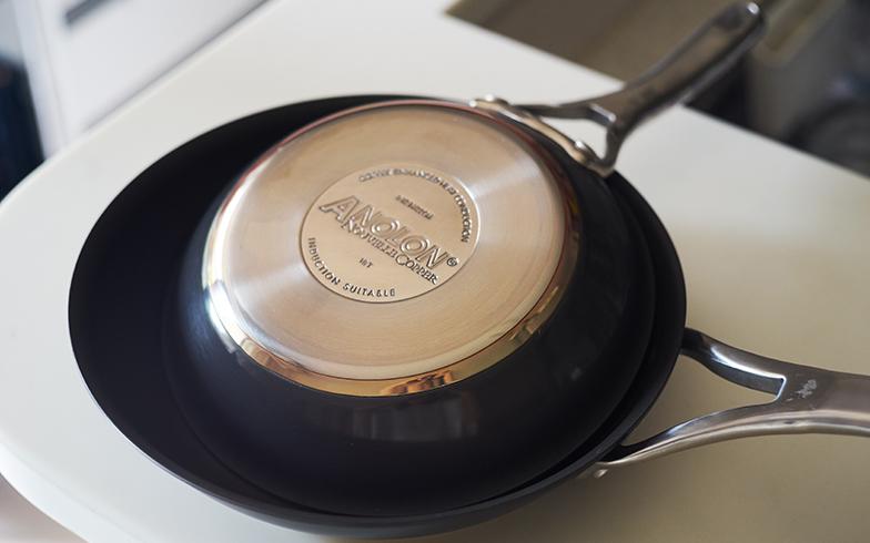 銀に次いで熱伝導率が高い銅を使ったフライパンは、プロの料理人にも愛用者が多いそうです。「アナロン ヌーヴェルカッパー」の底面は銅を挟んだ多層構造、内面は耐久性の高いテフロンコーティング(写真撮影/相馬ミナ)