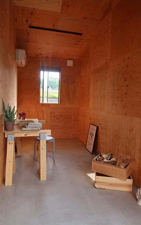 シェアオフィスは個室タイプ(写真)ほか、半個室のブース、オープンタイプのデスクがある。個室はショップとしても利用可能(写真撮影/嘉屋恭子)
