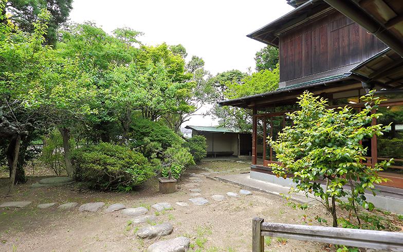 窓の外には緑豊かで池もある本格的な日本庭園が広がる。会議室、能舞台、茶室,それぞれの利用もでき、全館利用の場合は9時から17時の8時間で15万円(写真撮影/飯田照明)