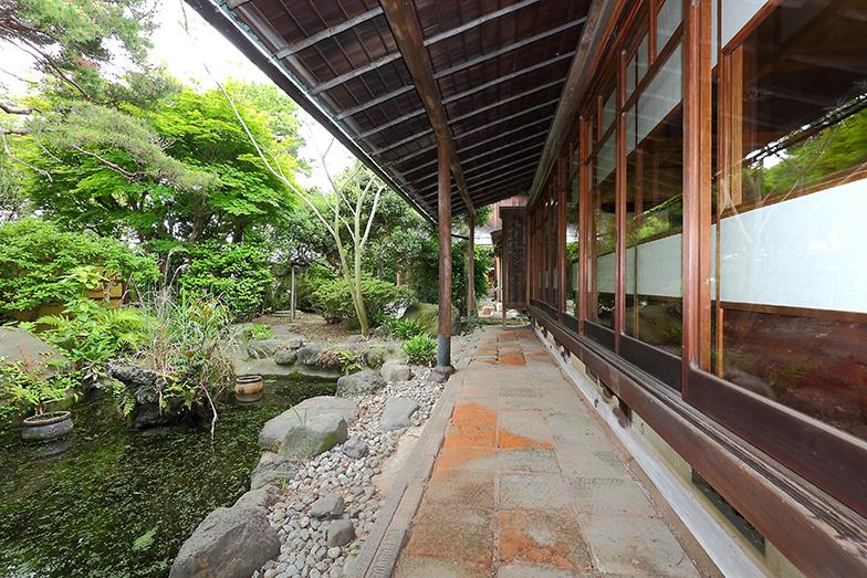 780坪(約2600m2)もの広大な敷地には、母屋と別棟の茶室があり、日本庭園も池がある立派なお屋敷だ(写真撮影/飯田照明)