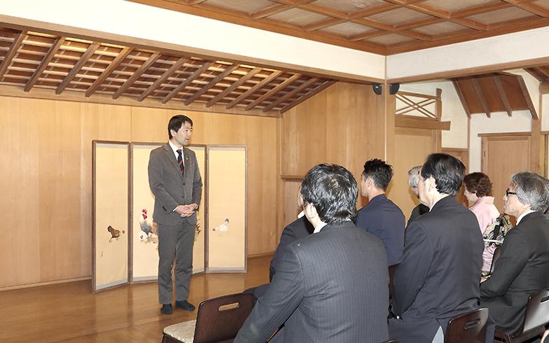 SDGs未来都市に選定された鎌倉市の取り組みを語る松尾市長。お披露目当日は村上家の親族やご友人、事業主体者や工事関係者、研修運営関係者など旧村上邸に縁が深い方々が列席(写真撮影/飯田照明)