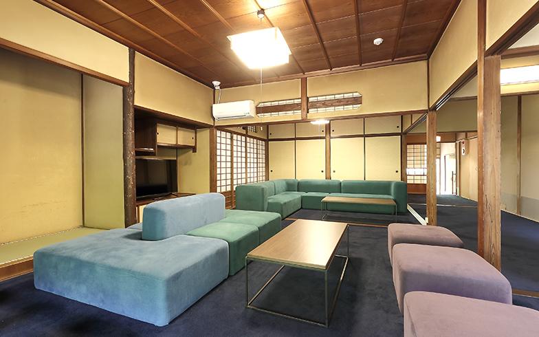 ソファやじゅうたんも古民家に合う和の色合いで、欄間の梅の模様ともマッチしている(写真撮影/飯田照明)