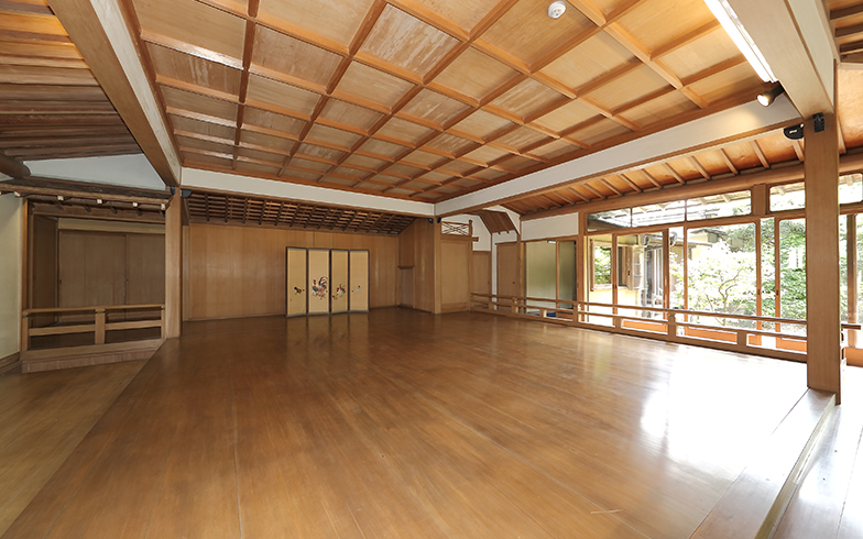 旧村上邸の特徴である日本庭園に面した能舞台。最大収容30名程度で、能のお稽古はもちろん、椅子や座布団で講座や研修などにも。4時間で3万5000円、一日7万円(写真撮影/飯田照明)