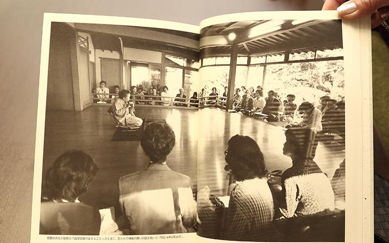 梅子さん百寿を記念してつくられた冊子には、2002年当時、能舞台で多くの観客を前に笛を吹く梅子さんの姿が。多くの人に愛された場であったことが伝わってくる(写真撮影/飯田照明)
