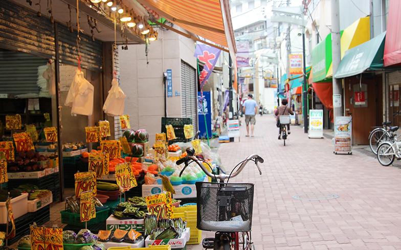 平坦な地勢で、買い物に自転車利用者も多い商店街。スマホひとつで買い物できるのは便利なはず。ただ利用時には自転車を完全停車のうえ、周囲にも十分配慮したいところ(撮影/SUUMOジャーナル編集部)