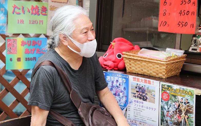たこ焼き屋さんの常連で、現在、キャッシュレス生活を満喫中。財布は持ち歩かないけど「ぜったいにスマホは落とせない」といい、バッテリーも持ち歩いているそう(撮影/SUUMOジャーナル編集部)