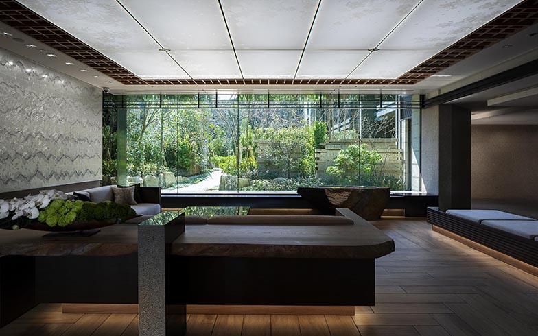 ガーデンの緑が絵画のように印象的なエントランス(画像提供/三井不動産レジデンシャル株式会社)