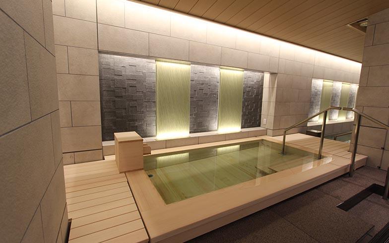 大浴場「明鏡(めいきょう)・清香(せいか)」。自室のお風呂の利用頻度が低いという顧客の声から、男女共に、檜風呂と石風呂の2種類の浴槽をしつらえた(写真撮影/SUUMOジャーナル編集部)