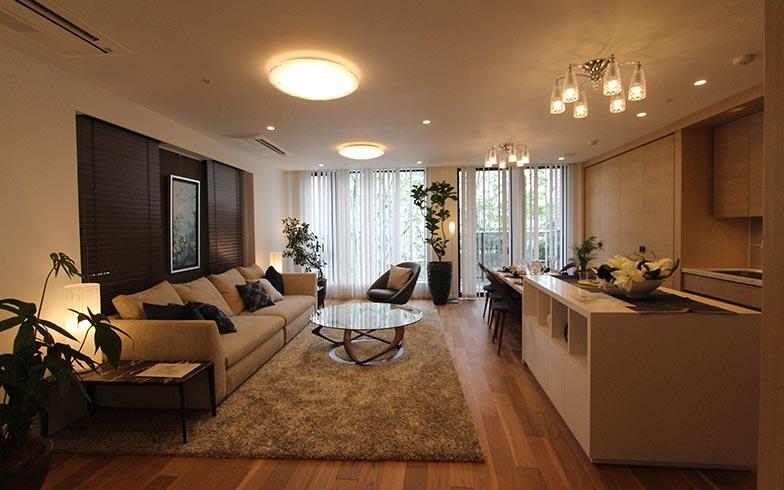 100平米超の広い2LDK。家族が来ても宿泊できるように主寝室以外に個室が用意されている(写真撮影/SUUMOジャーナル編集部)
